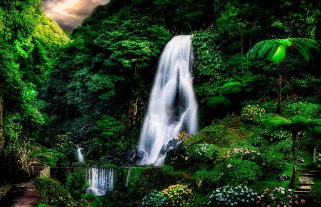 Ein Wasserfall auf den Azoren nahe Ponta Delgada