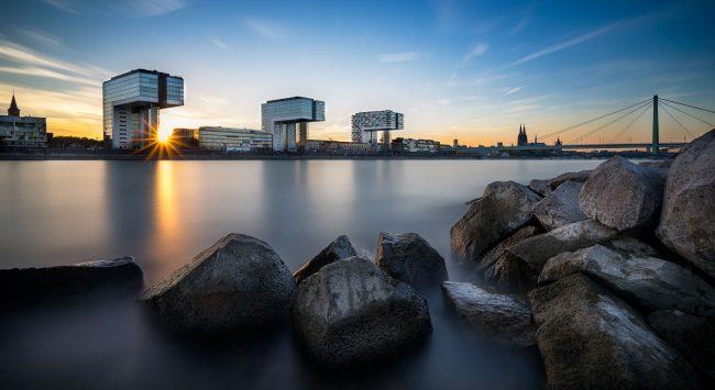 Kranhäuser in Köln zum Sonnenuntergang