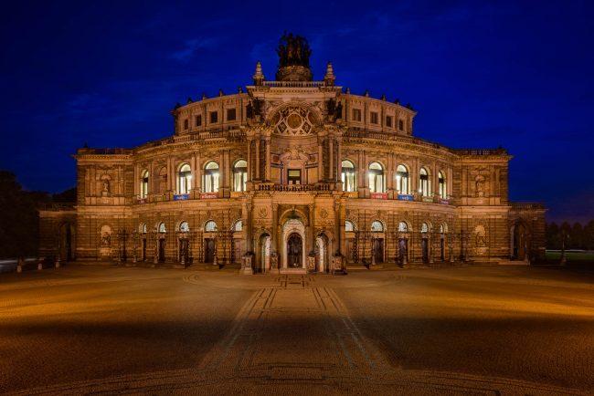 Semperoper in Dresden zur blauen Stunde