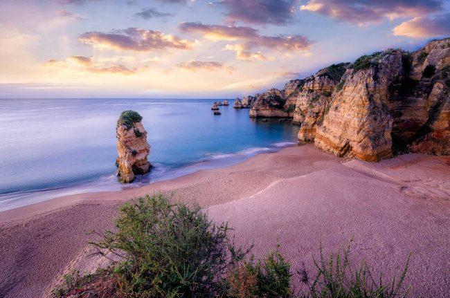 Die Praia Dona Ana an der Algarve zum Sonnenaufgang