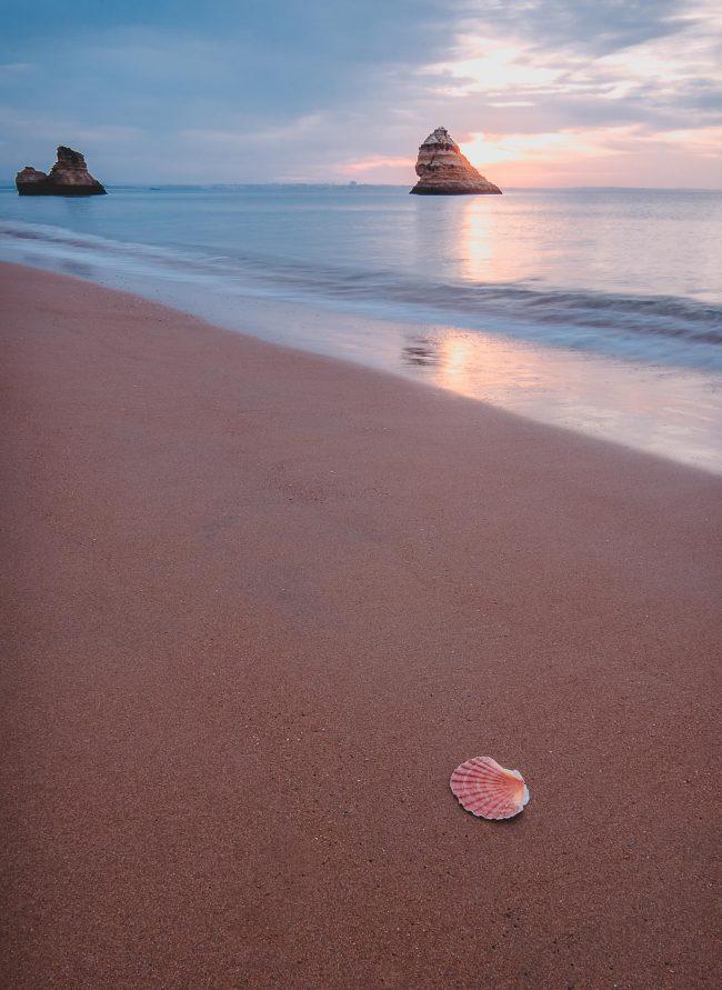 Praia Dona Ana in Portugal zum Sonnenaufgang