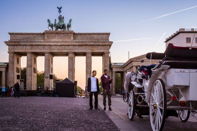 Touristen in Berlin vor dem Brandenburger Tor