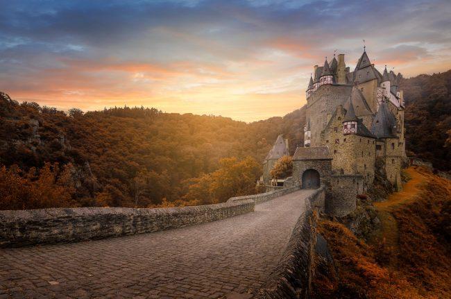 Burg Eltz zur goldenen Stunde im Herbst