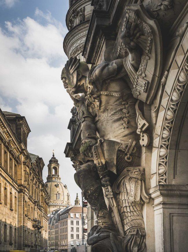 Das Georgentor mit Blick auf die Frauenkirche in Dresden
