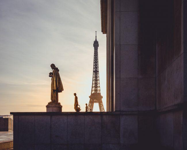 Der Eiffelturm in Paris zur goldenen Stunde