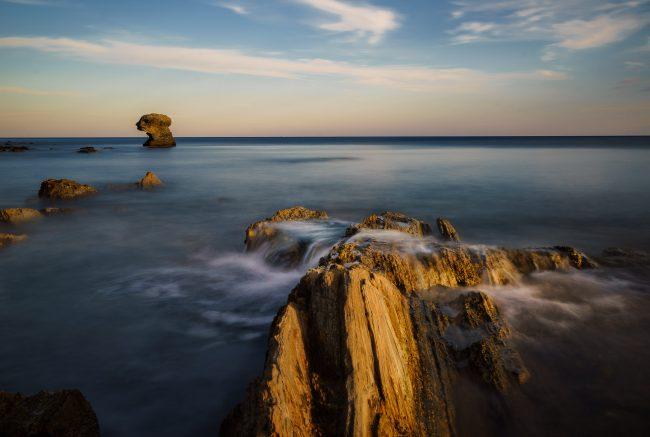 Eine Felsformation die wie ein Gesicht aussieht am Kalogeri Beach auf Euböa zur goldenen Stunde