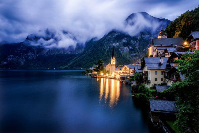 Hallstatt in Österreich zur blauen Stunde