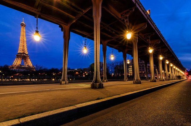 Die Brücke aus dem Film Inception in Paris zur blauen Stunde.