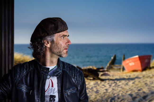 Porträt von Jörg Nassler am Strand von Zingst