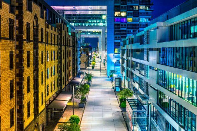 Kranhäuser in Köln zur blauen Stunde