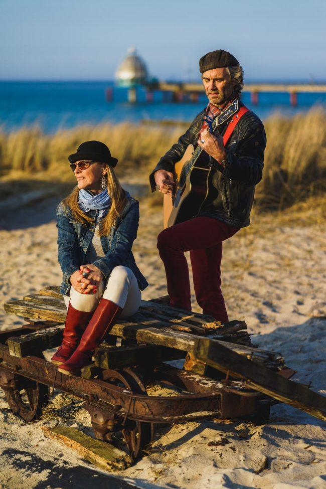 Das Duo LIAISONG am Strand von Zingst.