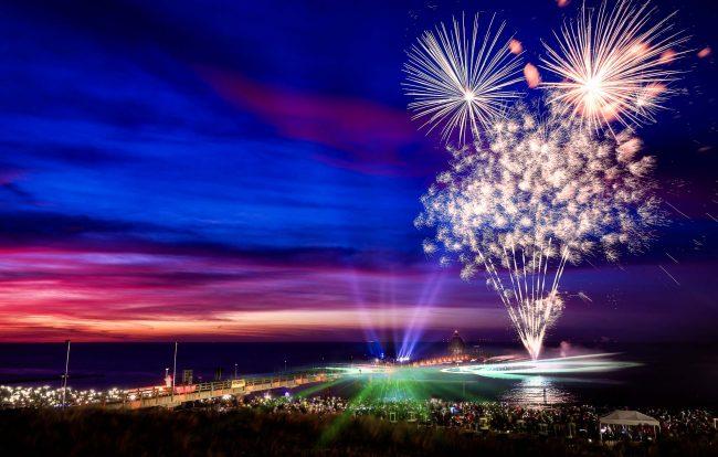 Feuerwerk zum Lichtermeer in Zingst mit dramatischem Himmel
