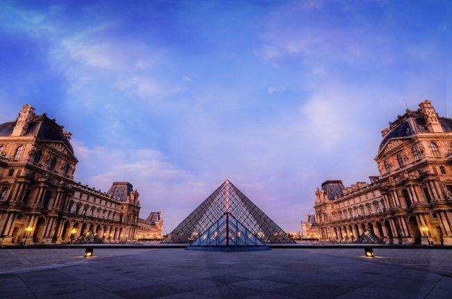 Der Vorplatz des Louvre in Paris