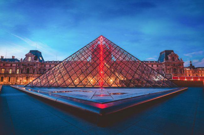 Der Louvre in Paris zur blauen Stunde