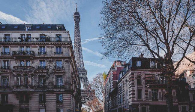 Der Eiffelturm von Paris zwischen Wohnhäusern