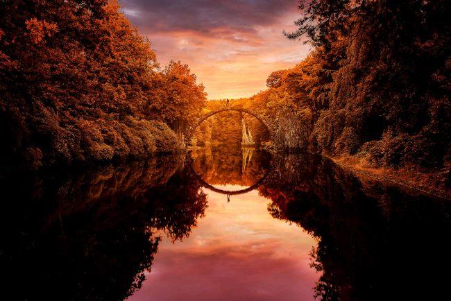 Die Rakotzbrücke zur goldenen Stunde im Herbst