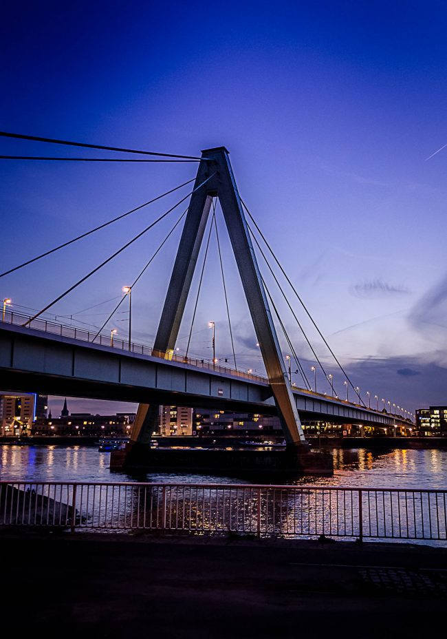 Severinsbrücke in Köln zur blauen Stunde