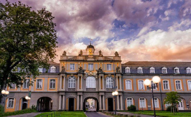 Die Universität zu Bonn zum Sonnenuntergang