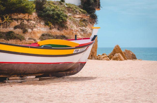 Ein Fischerboot am Strand von Portugal