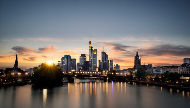 Die Frankfurter Skyline zur Goldenen Stunde