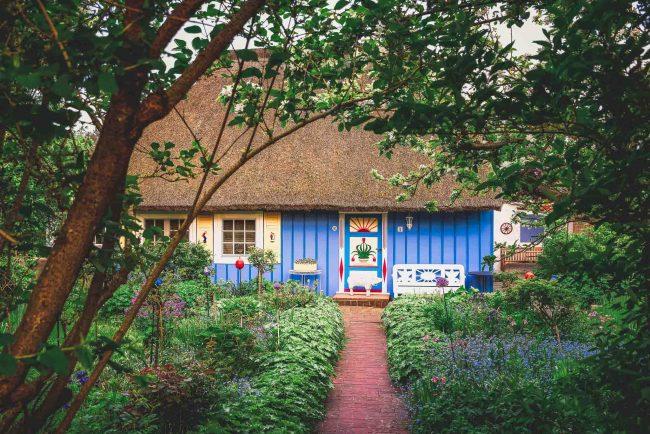 Traditionelles blaues Haus auf Fischland Darss Zingst.