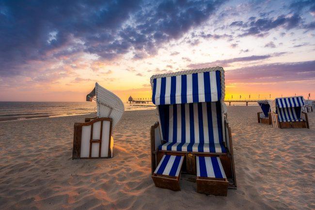 Strandkorb an der Ostsee zum Sonnenaufgang.