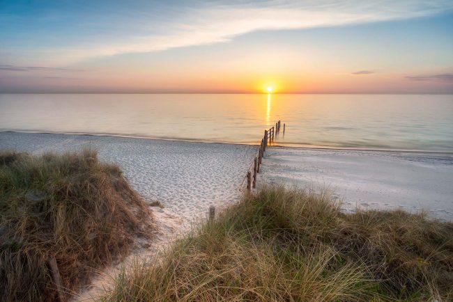 Weststrand Fischland Darss Zingst bei Sonnenuntergang.